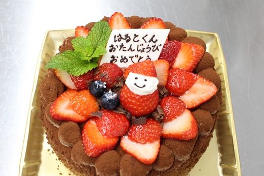 かわいいイチゴ人形が乗っているケーキ