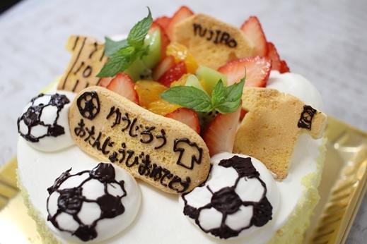 生クリームボールやクッキーユニフォームのサッカーケーキ