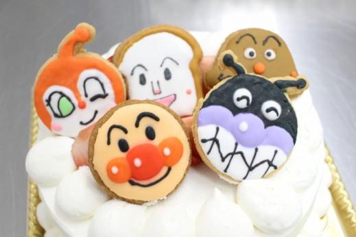 人気のアンパンマンのアイシングクッキーが乗っているケーキ